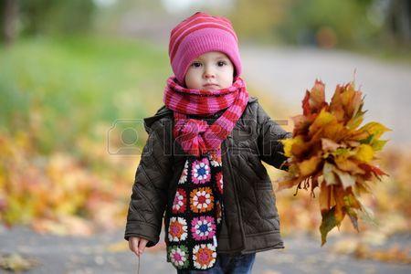 Im Laub toben: Spielideen für den Herbst