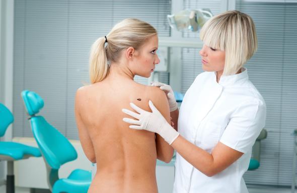 Mit Hautproblemen zum Facharzt